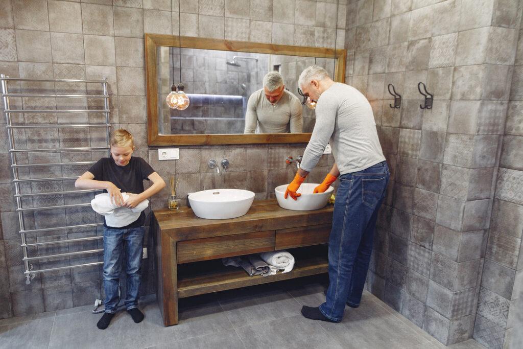 Badezimmer Fliesen putzen