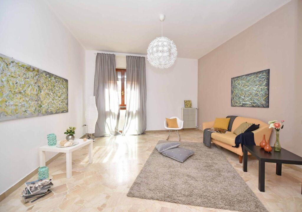 Zimmer mit Fliesenboden