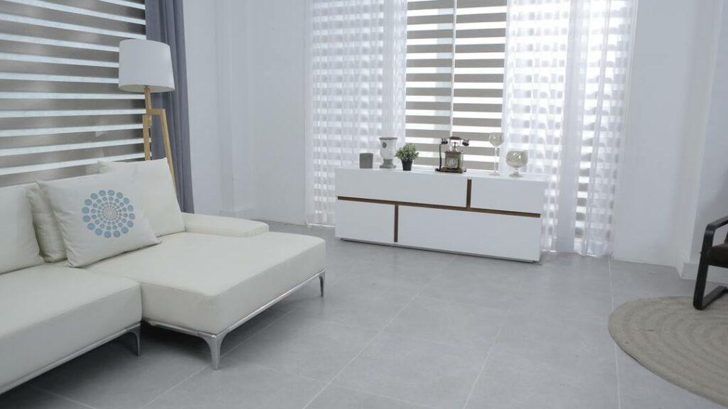 helles Wohnzimmerdesign Fliesen
