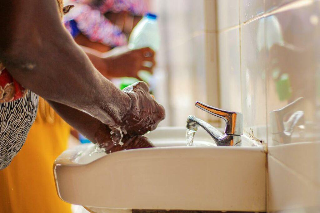 Waschbecken Fliesenwand Wasser