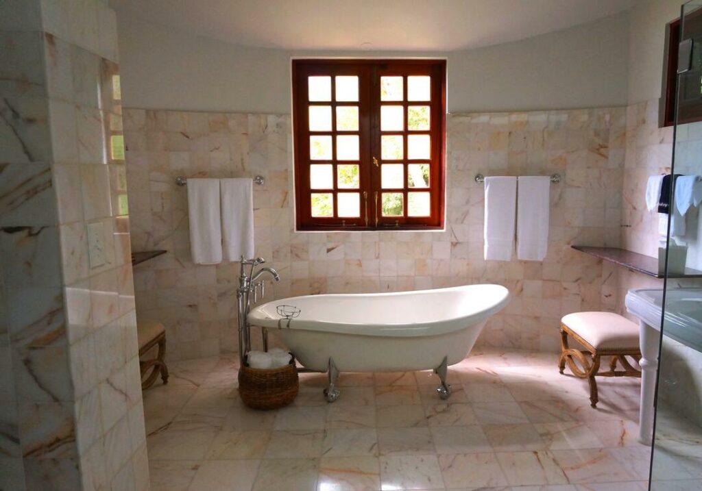 offene Badewanne Fliesenboden