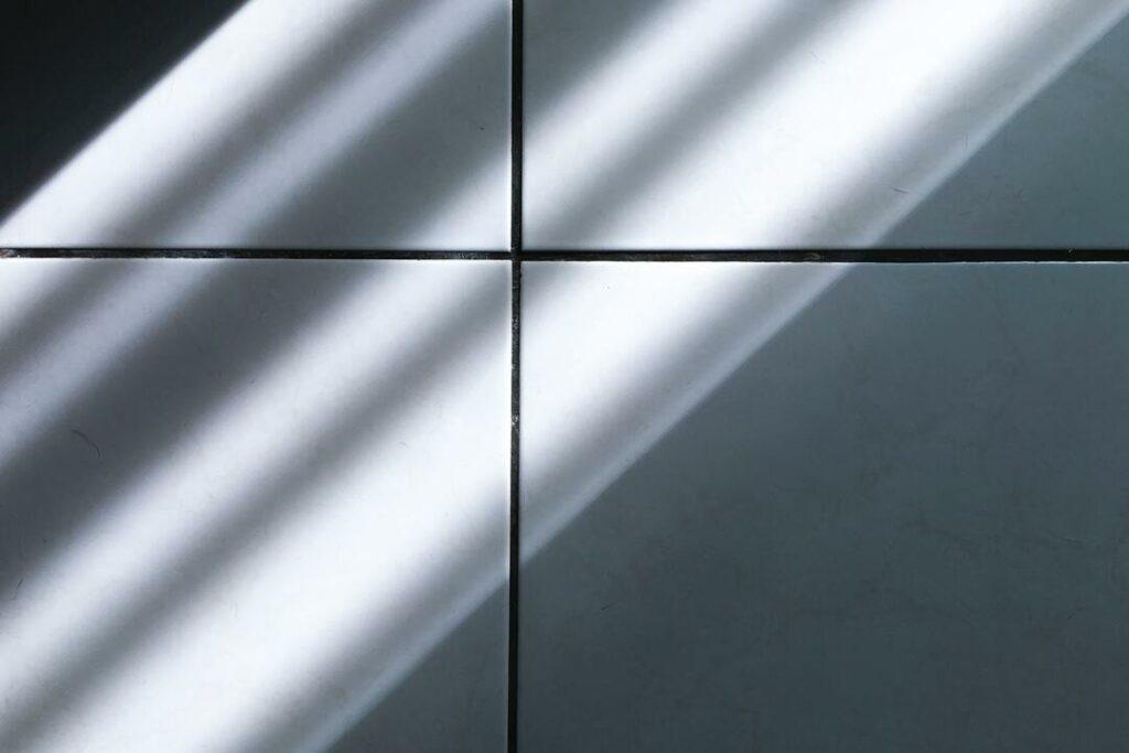 weiße Fliesen Schatten