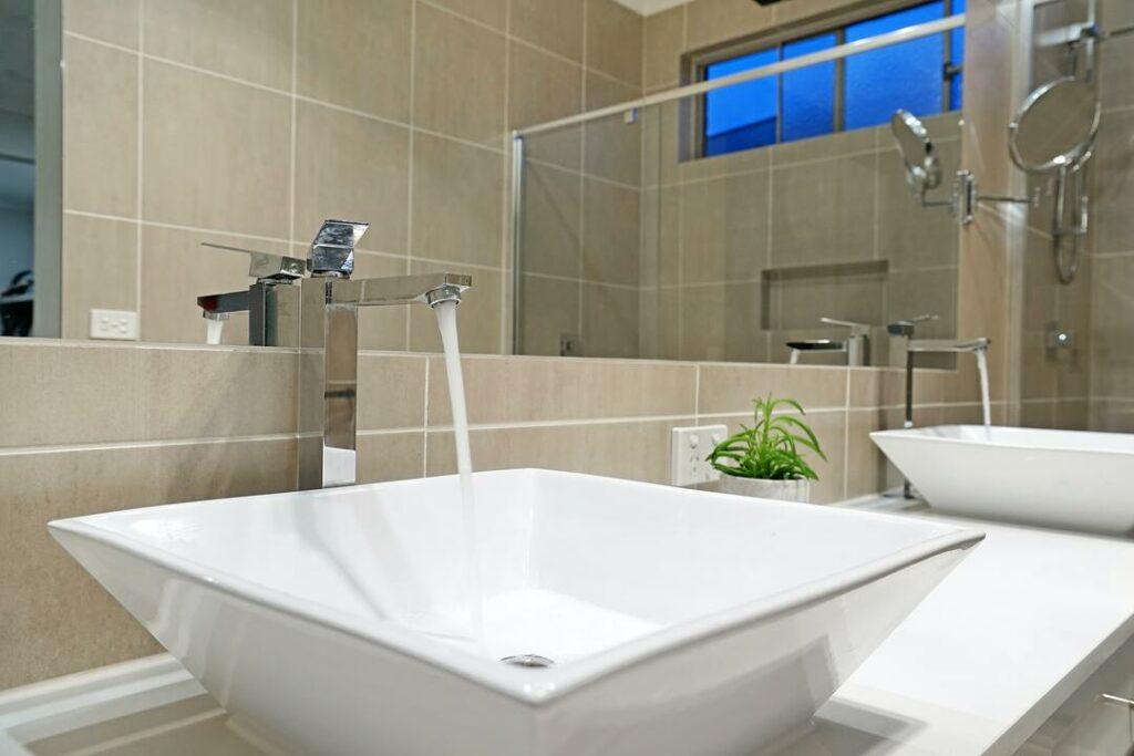 farbliche Fliesen im Badezimmer modern