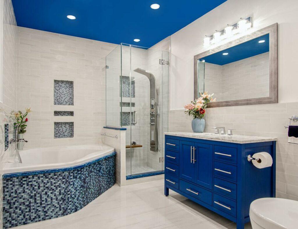 heller Fliesenboden mit blauen Elementen