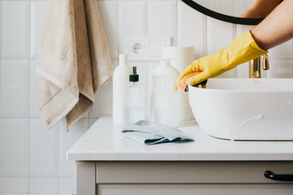 Badezimmer wird geputzt