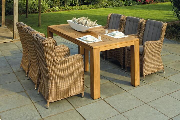 Stühle und Tisch auf Terrasse mit Fliesen
